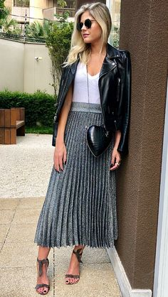 Pleated skirts are a true must have for every fashionista! Discover how to wear them with style, according to the latest fashion trends! Pleated Skirt Outfit, Skirt Outfits, Dress Skirt, Casual Outfits, Fashion Outfits, Fashion Tips, Fashion Trends, Pleated Skirts, Skirt Fashion