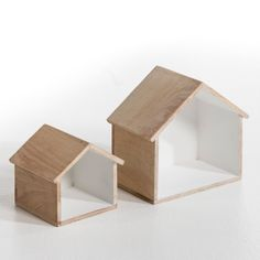Shelves shaped house to suspend or ask. Solid mango wood, painted white inside. Small size: L.20 x H.18 cm. Large: L.31 x H.27 cm.
