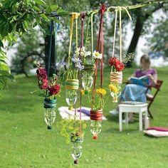 Ronny is telling you:'Hängevasen aus PET-Flaschen' Lawn And Garden, Garden Art, Flower Vases, Flower Pots, Plastic Bottle Flowers, Plastic Bottles, Bottle Garden, Humming Bird Feeders, Garden Planters