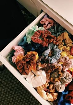 Corey from Hudson Farmhouse with hair scrunchies! Hair scrunchies DIY and hai. Fjallraven, Accesorios Casual, Looks Vintage, Hair Ties, Girly Things, Just In Case, Cute Outfits, Girl Outfits, Hair Accessories