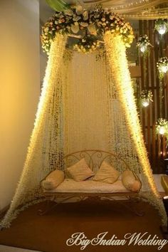 Rincón con sofá y muchas flores