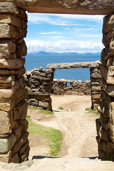 Lago Titicaca (Peru-Bolivia) www. Lago Titicaca Peru, Lake Titicaca, Oh The Places You'll Go, Places To Travel, Places To Visit, Bolivia, Ecuador, Beautiful Sunrise, Wonders Of The World
