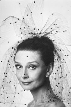 Audrey Hepburn in black tulle polka dot veil Audrey Hepburn Style, Katharine Hepburn, Divas, Photo Portrait, Moon River, My Fair Lady, Style Retro, Black Veil, Classic Beauty