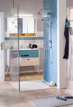 """Mit seinem reduzierten skandinavischen Retro-Design ist der Spiegelschrank """"Göteborg"""" von Held Möbel ein wirklich schöner Blickfang im Bad – dafür sorgt auch der geschmackvolle Kontrast weiß/curry. Besonders praktisch: Im Inneren befinden sich eine Steckdose und ein Schalter für das LED-Licht."""