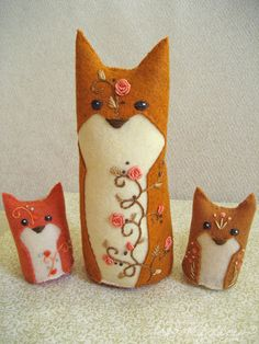 Totally have to make these felted foxes. They would be awesome little window critters