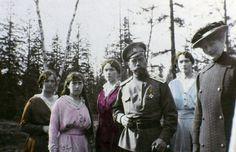 Así eran los Romanov antes de su ejecución El zar Nicolás II con sus hijas María, Anastasia, Olga y Tatiana Romanov.
