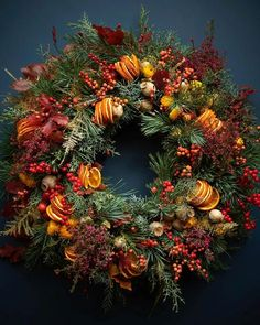 Christmas Door Wreaths, Christmas Flowers, Noel Christmas, Fall Wreaths, Winter Christmas, Christmas Crafts, Christmas Decorations, Holiday Decor, Navidad Natural