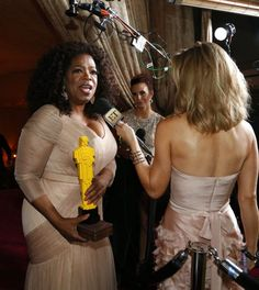 Oprah Winfrey holds a lego Oscar statue while bing interviewed at the Governor's Ball following the 87th Academy Awards in Hollywood, California February 22, 2015. REUTERS/Mike Blake (UNITED STATES TAGS:ENTERTAINMENT) (OSCARS-PARTIES) Foto: MARIO ANZUONI