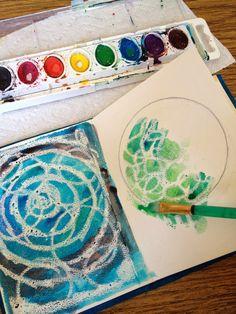 Avec une craie grasse blanche, faire des motifs sur une feuille blanche. Puis peindre avec de la peinture sèche à l'eau.