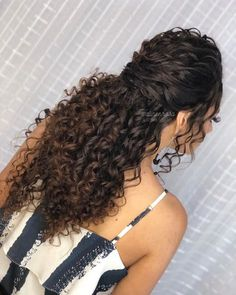 Do you like your wavy hair and do not change it for anything? But it's not always easy to put your curls in value … Need some hairstyle ideas to magnify your wavy hair? Curly Hair Styles, Haircuts For Curly Hair, Wavy Hair, Natural Hair Styles, Curls Hair, Short Haircuts, Long Natural Curls, Curly Hair Cuts, Curly Hair Tips