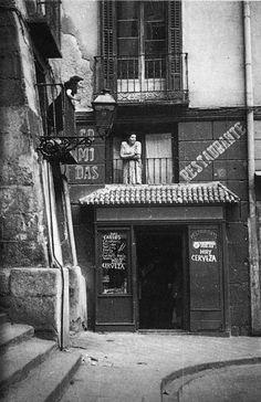 Calle Cuchilleros, hacia 1950..  Autor desconocido. Archivo General de la Administración.