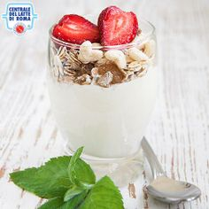 Snack a base di #yogurt bianco, #cereali muesli e #fragoline...provatelo con le nostre varietà di yogurt bianco! http://www.centralelattediroma.it/tipologia/yogurt/