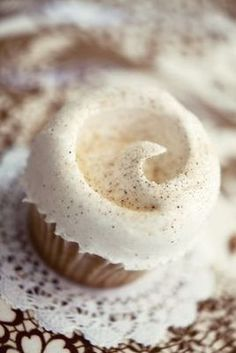 Magnolia Bakery Vanilla Cupcakes is part of Vanilla cake recipe The most popular flavor at the celebrated NYC bakery for a reason! With a moist, tender crumb and rich buttercream frosting, these cup - Cupcake Recipes, Dessert Recipes, Best Vanilla Cake Recipe, Vanille Cupcakes, Muffins, Yummy Cupcakes, Icing Cupcakes, Frost Cupcakes, Raspberry Cupcakes