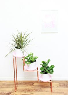 Make a plant stand with copper pipe, great way to display you indoor plants. More than 50 DIY planters to look at for inspiration Copper Planters, Diy Planters, Gold Planter, Diy Plant Stand, Plant Stands, Ideias Diy, Diy Interior, Interior Design, Home And Deco