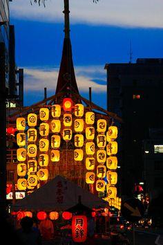 京都 祇園祭Gion Festival, Kyoto 今年も山鉾組み立ててるよ〜。祇園祭は風さえ無ければ雨天強行だよ〜。しまった☆バス通れねー; (´Д` ;)