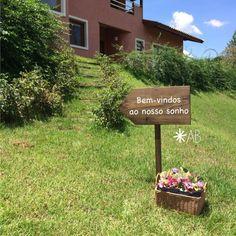 Plaquinha para fincar na grama com uma seta larga. Para sinalizar ou para decorar sua festa, seu casamento.