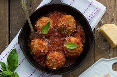 Au four, grillé, poêlé ou cuit en papillote, le poisson est un plat qui se cuisine rapidement. Voici une belle façon de l'apprêter – légèrement sucrée mais bien équilibrée par l'ajout de légumes. Elle plaira à tous, même à ceux qui n'aiment généralement pas le poisson. Courge Spaghetti, Sauce Barbecue, Valeur Nutritive, Nutrition, Meat Chickens, Iron Pan, Curry, Cooking Recipes, Beef