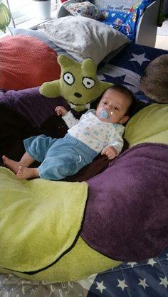 Säng  Kan fällas ihop så man kan sitta oxå ;-)
