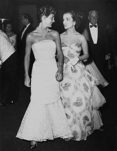 Jacqueline Kennedy with Sister Caroline Lee Canfield: The Bouvier sisters, Mrs. John F. Kennedy (nee Jacqueline Bouvier) and Mrs. Michael Canfield (nee Caroline Lee Bouvier), at the Franco-American Ball, the Waldorf Astoria, New York City Jacqueline Kennedy Onassis, Jackie Kennedy Sister, Les Kennedy, Jaqueline Kennedy, Carolyn Bessette Kennedy, John Kennedy, Jackie Kennedy Quotes, Lee Radziwill, Mademoiselle De Maupin