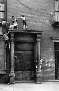 Helen Levitt / New York, c.1940 (kids over doorway).