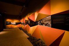 Un pequeño espacio en el que, a través de la interpretación expresiva de una mina, se hace un recorrido sensorial por los aspectos mas interesantes de la historia de la minería de La Unión y la de su aclamado festival de cante reconocido internacinalmente…