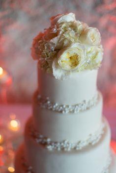 Existe otra tendencia que consiste en agregarle flores de azúcar a los pasteles como parte del decorado.