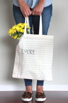 How to Customize Ecobags at Home - Diy bags - Painted Canvas Bags, Canvas Tote Bags, Diy Tote Bag, Ideias Diy, Craft Bags, Hand Embroidery Stitches, Denim Bag, Cloth Bags, Handmade Bags