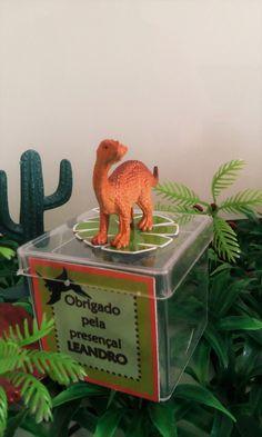 Mimos feitos com arte! <br> <br>Linda caixinha em acrÍlico 5x5x5, com miniatura de dinossauro. ( AS MINIATURAS SERÃO VARIADAS E PODERÁ HAVER MUDANÇAS NOS MODELOS DOS DINOSSAUROS, MAS NÃO SE PREOCUPEM SEMPRE SERÃO PRODUTOS DE QUALIDADE E INFORMAREI E ENVIAREI FOTO PARA APROVAÇÃO ANTES DO ENVIO!) <br> <br>Os produtos da Cris Secondin são personalizados para qualquer tipo de festa, chá de bebê, batizado, aniversário, casamento, noivado, debutante, tudo feito com muita dedicação e carinho com o…