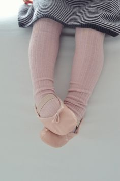 This reminds me of my oldest daughter. She took her first ballet class at 3 and is now 12 and en pointe. So proud of her. Fashion Moda, Girl Fashion, My Little Girl, My Baby Girl, Little People, Little Ones, Little Ballerina, Ballerina Feet, Ballerina Slippers