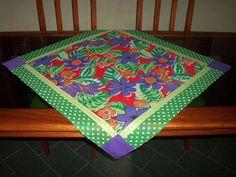 Toalha de mesa em chita ,barra em patchwork e pontos decorativos para mesa de café. R$ 30,00