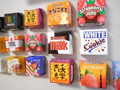 チロルチョコの包装紙でマグネットを作りました! 100均に売っていたチロルチョコを使用。 簡単に可愛いマグネットが作れます! 型紙は (http://handmade.xsrv.jp/howto/category02/recipe_85/) を参照して下さい。
