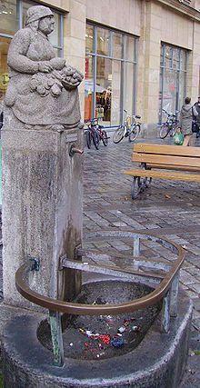 Bamberger Humsera - Die Humsera war ein stadtbekanntes Original in Bamberg. Es handelte sich dabei um eine für ihr loses Mundwerk bekannte Gärtnerin, die auf dem Bamberger Wochenmarkt ihr Gemüse verkaufte. An sie erinnert eine Brunnenfigur auf dem Grünen Markt in der Fußgängerzone der Stadt Bamberg. Früher hingegen stand sie auf dem Maxplatz.
