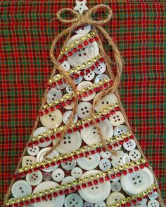 Button Christmas Tree Christmas tree in buttons with jute and beads. Christmas Buttons, Christmas Projects, Simple Christmas, Kids Christmas, Handmade Christmas, Christmas Gifts, Christmas Ornaments, Button Ornaments Diy, Christmas Button Crafts