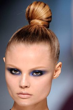 Valentino Spring 2009 Couture Fashion Show Blonde Hair Inspiration, Color Inspiration, Real Techniques Brushes, Holiday Hairstyles, Creative Hairstyles, Super Hair, Face Hair, Top Knot, Violet