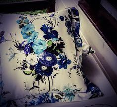Подарите декоративную подушку на новоселье, и она прекрасно справится с задачей — быть ретранслятором вашей любви к хозяевам дома.