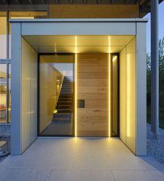 Puristischer Eingangsbereich mit raumhoher Tür ähnliche tolle Projekte und Ideen wie im Bild vorgestellt findest du auch in unserem Magazin