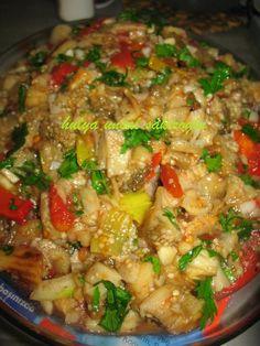 Klasik yesil salata anlayisinin disinda bir salata; patlican salatasi…cok renkli, hafif ve lezzetli tabi patlican sevenler icin:)) Malzemeler: 5 kozlenmis patlican 2 kozlenmis kirmizi …
