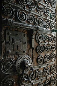 Porta rustica (?) ou medieval (?) ou (?) - com duas fechaduras. Interessante.