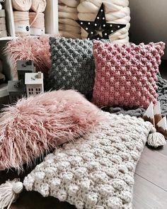 Knitted Cushion Covers, Knitted Cushions, Knitted Blankets, Crochet Pillow, Baby Blanket Crochet, Diy Pillows, Throw Pillows, Crochet Rug Patterns, Crochet Home Decor