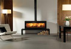 Le poêle à bois Riva Studio 3 Freestanding de Stovax sur banc Riva 180 Haut avec anneau décoratif noir.