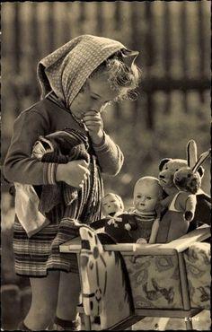 Ansichtskarte / Postkarte Puppenmütterchens Abfahrt,Mädchen,Puppen,Kinderwagen Mehr
