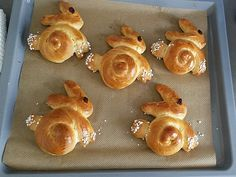 Sweet yeast bunnies- Süße Hefe-Hasen Sweet yeast hare, a good recipe from the category … - Cheese Cookies, Cake Mix Cookies, Easy Cake Recipes, Dessert Recipes, Desserts, Brunch Recipes, Bunny Bread, Easter Treats, Bread Rolls