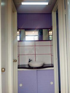 baño de damas equipado con cuatro baños individuales mas espejo, lava manos, piso flotante, música ambiental.
