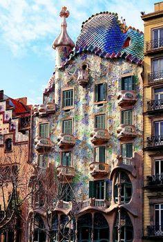 La maison de Gaudi que je préfère, Casa Batllo in Barcelona Residence Architecture, Beautiful Architecture, Art And Architecture, Unusual Buildings, Amazing Buildings, Modern Buildings, Barcelona Hotel, Visit Barcelona, Barcelona Catalonia
