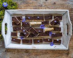 Twix Riegel selber machen - Gesund & zuckfrei - Mrs Flury Vegan, Wine Rack, Baking, Food, Decor, Healthy Bars, Gluten Free Oatmeal, Healthy Sweets, Diy