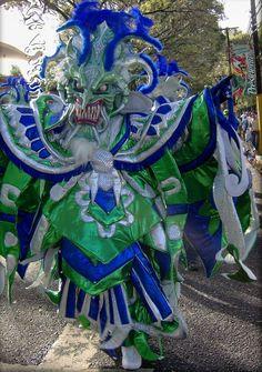 Carnaval Dominicano. Cada domingo durante el mes de febrero, diferentes ciudades en el interior del país llevan a cabo sus desfiles. El carnaval de La Vega es el más popular y más conocido internacionalmente. Los principales grupos de las provincias y de la capital toman parte en este majestuoso desfile, en un evento que cierra las festividades del Carnaval.