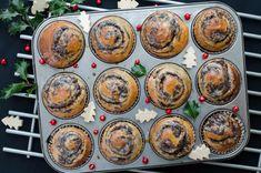 Puszyste, delikatne lekko wilgotne bułki makowe upieczone w foremkach do muffinek. Szybkie wykonanie, idealny przepis dla początkujących Sweet Pastries, Decorative Plates, Cooking Recipes, Cooking Ideas, Seeds, Rolls, Eat, Breakfast, Food