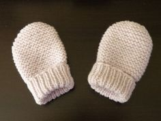 Moufles bébé 0/3 mois, aiguilles N°2,5 et 3. Modèle trouvé ici FOURNITURES : - De la laine layette, 25 grammes suffisent. - Des aiguilles à tricoter numéro 2.5 et 3, - votre mètre de couturière, - et une aiguille à coudre la laine. ECHANTILLON : 10 cm...