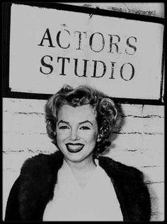 """4 Décembre 1956 / (Part II) Marilyn se rend à """" l'Actors Studio"""" afin de faire la promotion (habillée en ouvreuse pour l'occasion) de """"Baby Doll"""" avec Carroll BAKER ; la récolte des bénéfices sera redistribuée à la fameuse école d'Art dramatique pour permettre d'aider les nouveaux talents."""