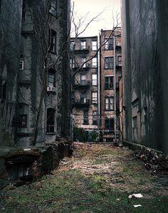 As grandes cidades dependiam muito de recursos de fora. Há êxodo. Alguns bairros ficaram completamente abandonados.